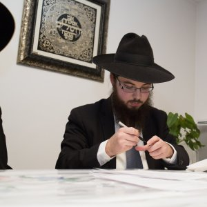 le Rav signant son contrat au domicile de Rav Rottenberg